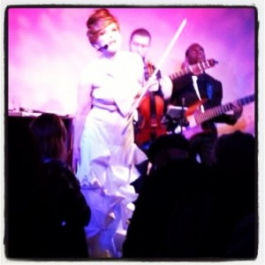 Roswitha_Destiny_Metropolitan_Room_sing